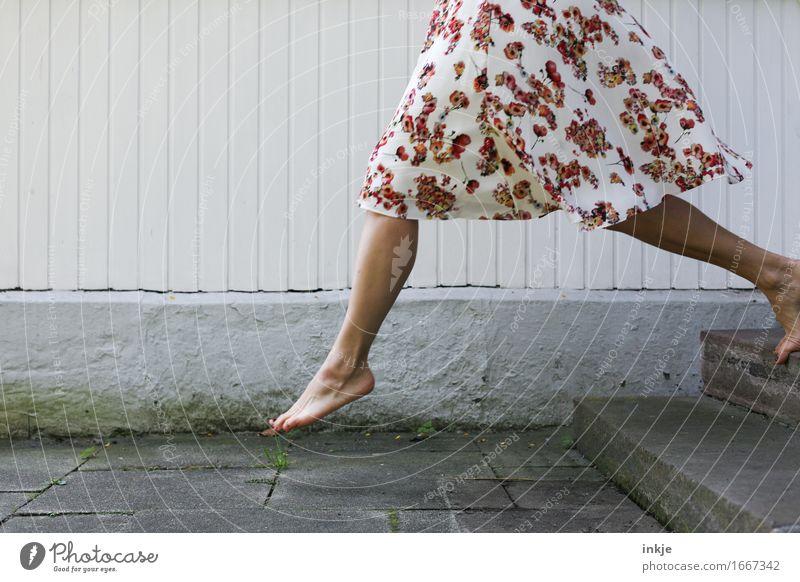 große Schritte | 2900 Mensch Frau schön Freude Erwachsene Leben Gefühle feminin Lifestyle Beine Mode Fuß gehen Fassade springen Treppe