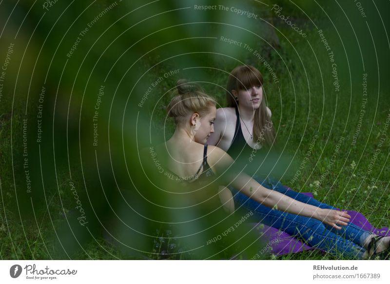 im Park Mensch feminin Junge Frau Jugendliche Erwachsene 2 18-30 Jahre Umwelt Natur Baum Wiese brünett blond Pony sprechen sitzen Zusammensein trendy grün