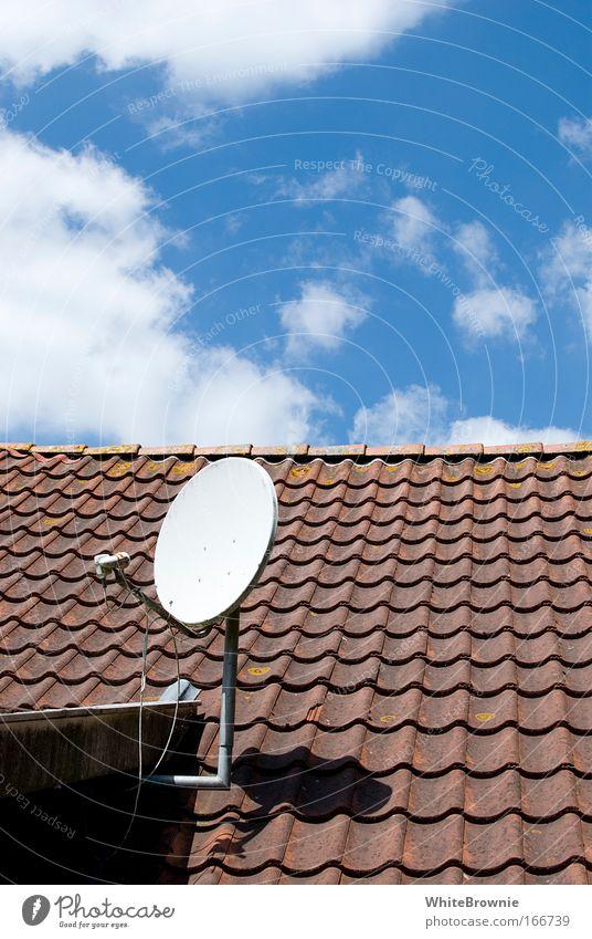 Kommt eine Antenne um die Ecke ... Himmel Haus Wolken Architektur Dach authentisch Schönes Wetter Satellitenantenne