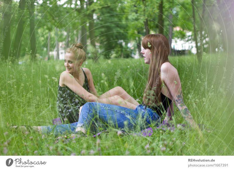 im Park Mensch feminin Junge Frau Jugendliche Erwachsene 2 18-30 Jahre Umwelt Natur Pflanze Gras Garten Wiese Tattoo Piercing Erholung Kommunizieren sprechen