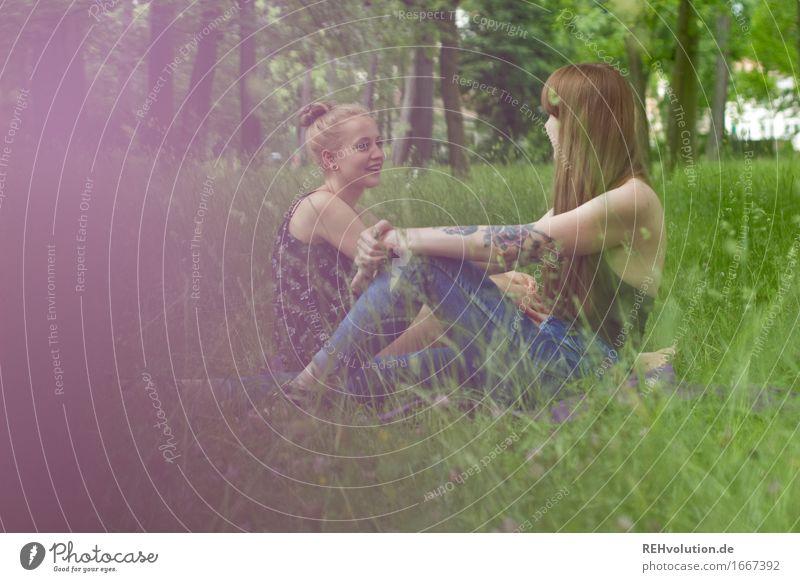 nächstenliebe | im Gespräch Mensch Natur Jugendliche Junge Frau Erholung Freude 18-30 Jahre Erwachsene Umwelt sprechen Wiese Gras feminin Glück Zusammensein