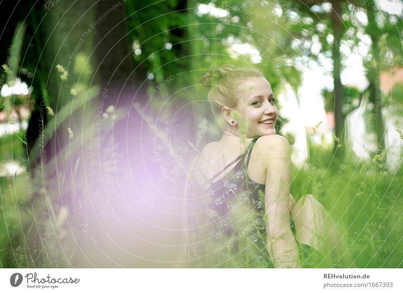 Alexa | auf der Wiese Mensch feminin Junge Frau Jugendliche Gesicht 1 18-30 Jahre Erwachsene Umwelt Natur Blume Gras Garten Park Ohrringe blond langhaarig Dutt