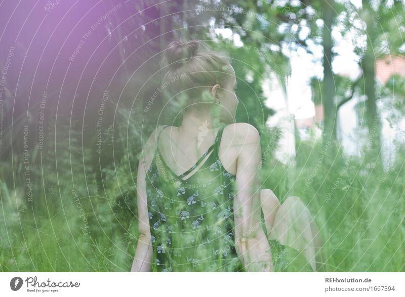 Alexa | auf der Wiese Lifestyle Stil Freude Glück Wohlgefühl Zufriedenheit Erholung ruhig Ferien & Urlaub & Reisen Sommer Mensch feminin Rücken 1 18-30 Jahre