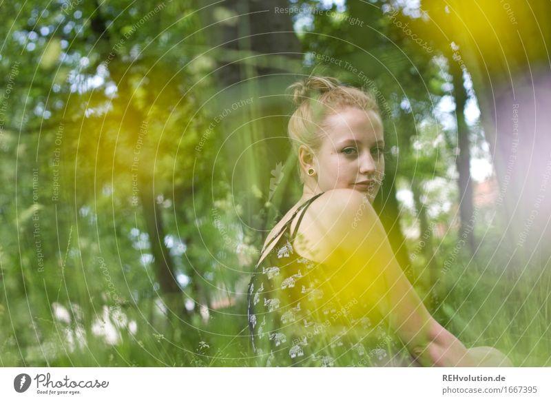 Alexa im Park Mensch feminin Junge Frau Jugendliche 1 18-30 Jahre Erwachsene Sommer Baum Blume Gras Blüte Wiese blond langhaarig Erholung sitzen Coolness trendy