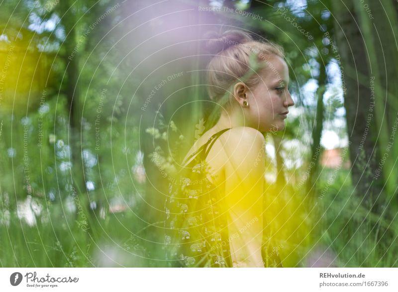 Alexa im Park Mensch feminin Junge Frau Jugendliche Erwachsene 1 18-30 Jahre Umwelt Natur Pflanze Blume Wiese Ohrringe blond langhaarig Dutt Erholung sitzen