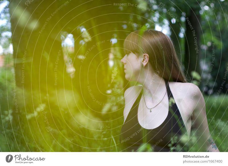 Carina | Wiesenbild Mensch Junge Frau Jugendliche Erwachsene 1 18-30 Jahre Umwelt Natur Baum Blume Gras Park brünett langhaarig Pony beobachten sitzen