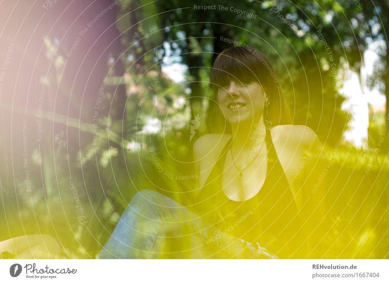 Carina im Park Mensch Frau Natur Jugendliche Pflanze grün Junge Frau Erholung ruhig Freude 18-30 Jahre Erwachsene Umwelt gelb Wiese feminin