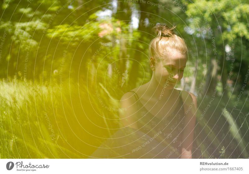 blau machen | im park Mensch feminin Junge Frau Jugendliche 1 18-30 Jahre Erwachsene Umwelt Natur Baum Blume Gras Garten Park Wiese blond Erholung sitzen