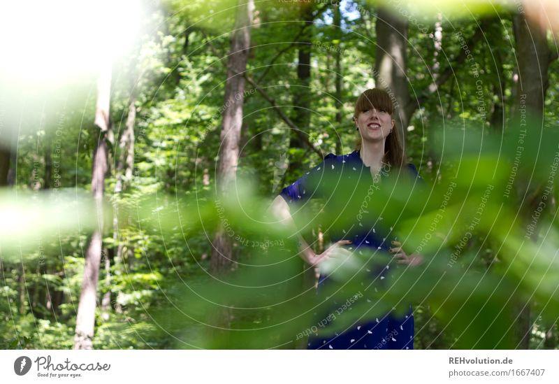 waldblick Mensch Natur Jugendliche grün Junge Frau Baum Erholung Blatt Freude Wald 18-30 Jahre Erwachsene Umwelt feminin Glück Zufriedenheit