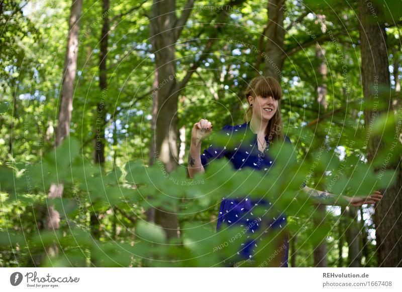 Carina im Wald Mensch feminin Junge Frau Jugendliche Erwachsene 1 18-30 Jahre Umwelt Natur Pflanze Baum Kleid Tattoo langhaarig Pony Zopf Lächeln Coolness