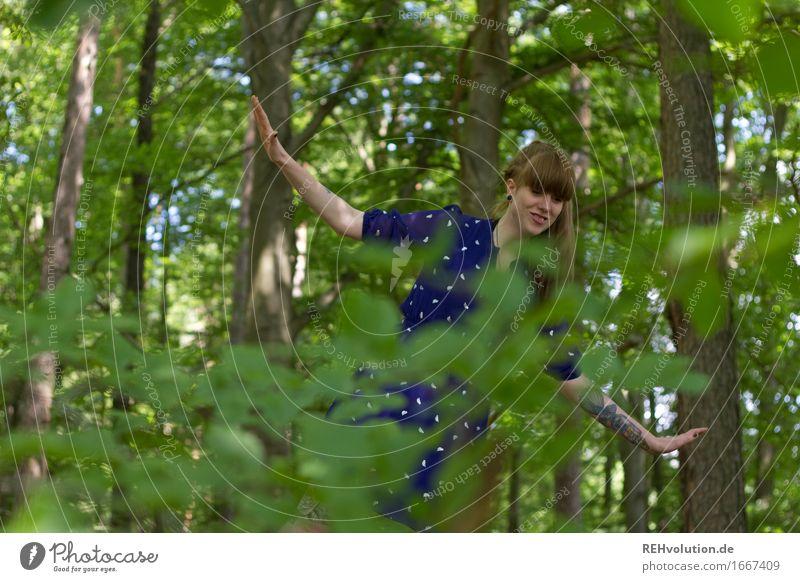 blau machen | im wald Mensch feminin Junge Frau Jugendliche 1 18-30 Jahre Erwachsene Umwelt Natur Sommer Baum Blatt Wald Kleid Pony Zopf Bewegung Erholung