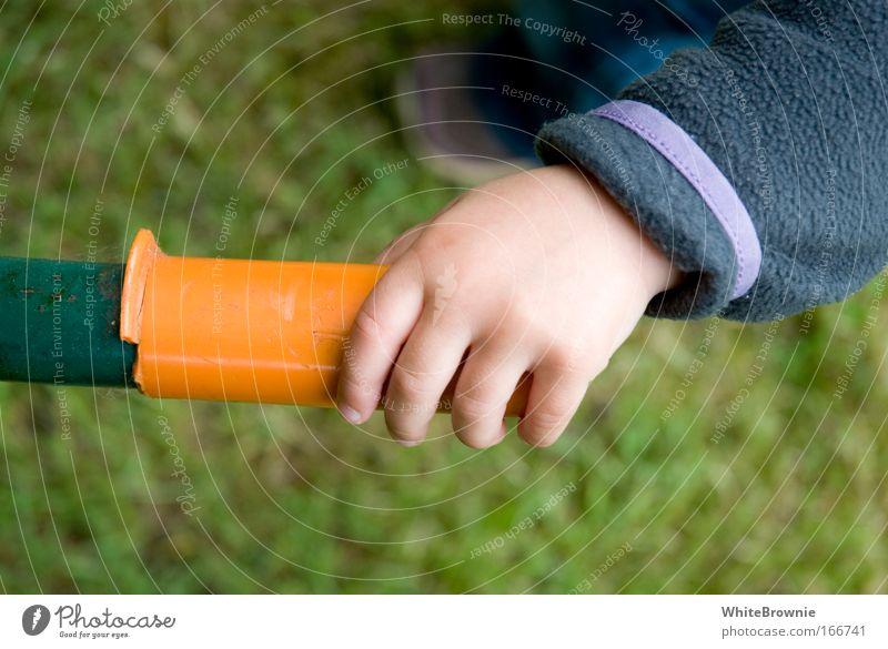 Miss Griffin Farbfoto Außenaufnahme Tag Schwache Tiefenschärfe Kleinkind Hand 1 Mensch 1-3 Jahre Gras Stahl Kunststoff berühren