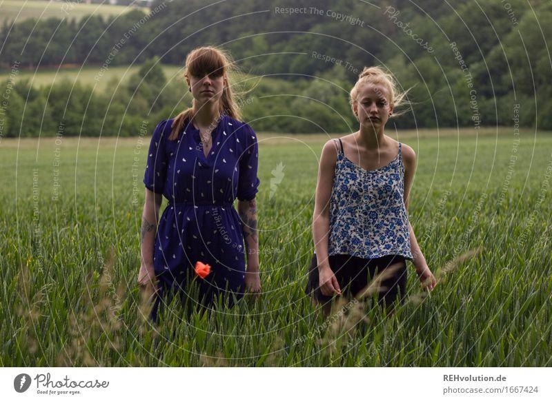 vor dem unwetter 2 Mensch feminin Junge Frau Jugendliche Erwachsene 18-30 Jahre Natur Landschaft schlechtes Wetter Wind Feld Kleid brünett blond langhaarig Pony