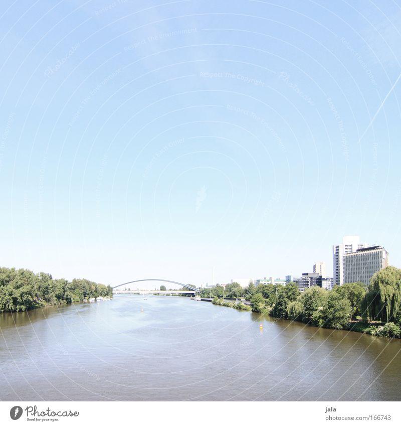 [PC-Usertreff Ffm]: Mainufer Farbfoto Außenaufnahme Tag High Key Weitwinkel Himmel Pflanze Park Flussufer Frankfurt am Main Haus Hochhaus Bankgebäude