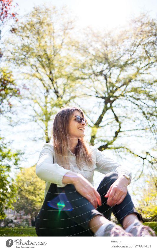 sunny Lifestyle Freizeit & Hobby feminin Junge Frau Jugendliche 1 Mensch 18-30 Jahre Erwachsene Natur Frühling Sommer Schönes Wetter Sonnenbrille Fröhlichkeit
