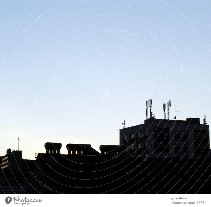 Funkantennen Farbfoto Außenaufnahme Textfreiraum oben Dämmerung Silhouette Sonnenaufgang Sonnenuntergang Gegenlicht Stadt Skyline Haus Hochhaus Bauwerk Gebäude
