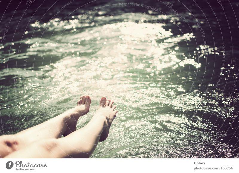 [MUC-09] Sonnenbad Wasser sonnen Fuß Beine Frau Sommer Meer Fluss München Isar Eisbach Reflexion & Spiegelung Gischt Ferien & Urlaub & Reisen Erholung Park