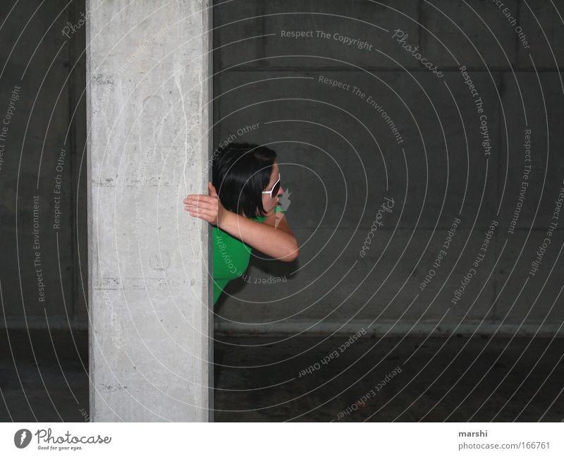 Verfolgungswahn? Nacht Blick nach hinten Mensch 1 Parkhaus Tunnel Beton grau grün Gefühle Überraschung Angst Todesangst Platzangst gefährlich beobachten Säule