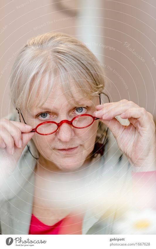 AST 9 | sags durch die Blume Mensch Frau Erholung rot Erwachsene Auge Leben Senior feminin Zufriedenheit blond authentisch Fröhlichkeit 45-60 Jahre beobachten