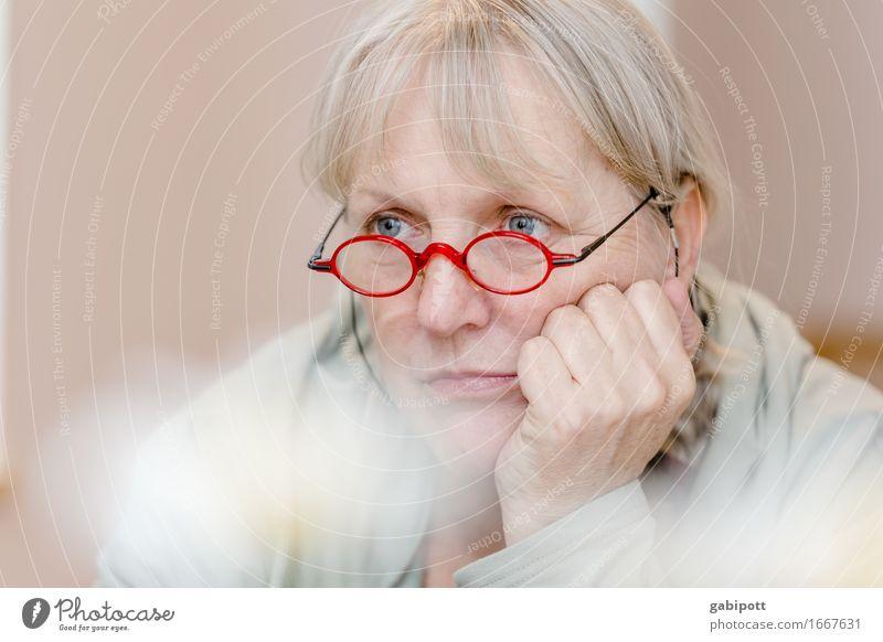 Und nu? | AST 9 Mensch Frau schön rot Einsamkeit Erwachsene Leben Traurigkeit natürlich feminin Denken träumen 45-60 Jahre Brille Freundlichkeit Sehnsucht