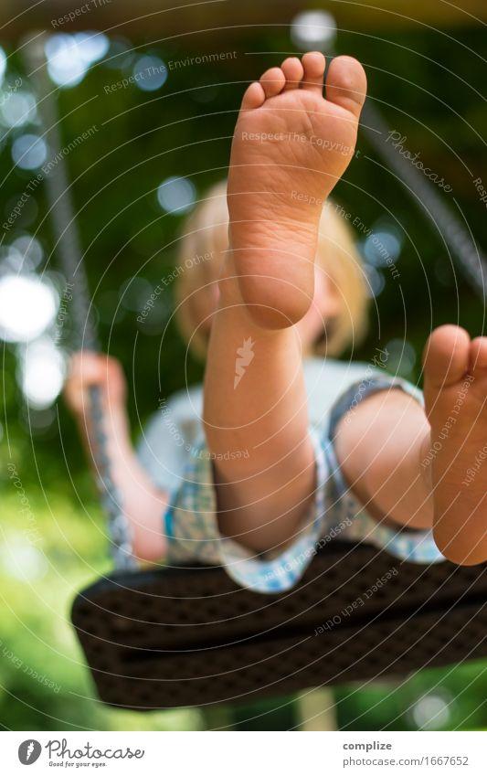 Barfuß auf der Schaukel Mensch Kind Natur Ferien & Urlaub & Reisen Pflanze Sonne Erholung Freude Umwelt Wiese Beine Spielen Garten Schule Fuß Park