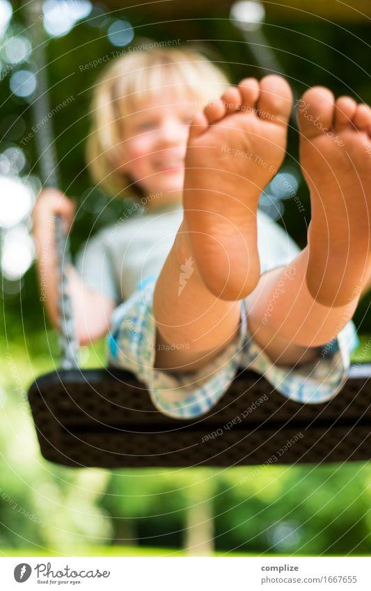 Schaukeln Mensch Natur Pflanze Sommer Baum Freude Umwelt Leben Wiese Junge Gesundheit Spielen lachen Glück Garten Fuß