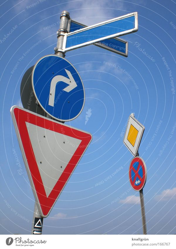 Vorschriftsmäßig Farbfoto mehrfarbig Außenaufnahme Menschenleer Hintergrund neutral Tag Verkehr Verkehrszeichen Verkehrsschild Rechts abbiegen Vorfahrt gewähren