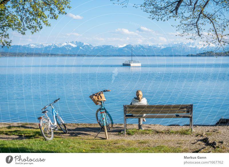 Ausruhen Ferien & Urlaub & Reisen Mensch feminin Frau Erwachsene Natur Wasser Seeufer warten blau Gelassenheit ruhig Deutschland Starnberg Starnberger See