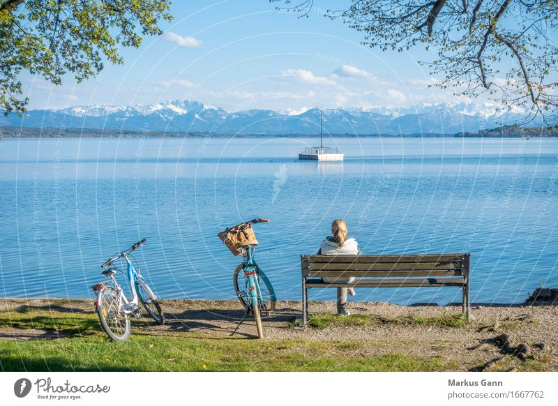 Ausruhen Mensch Frau Natur Ferien & Urlaub & Reisen blau Wasser Erholung ruhig Berge u. Gebirge Erwachsene feminin Freiheit See Deutschland Horizont Fahrrad