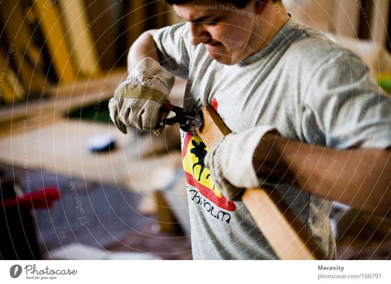 Nagelziehen Mensch Hand Holz grau Kraft Arme maskulin authentisch kaputt Coolness Baustelle T-Shirt Fabrik Leidenschaft Handwerk Werkzeug