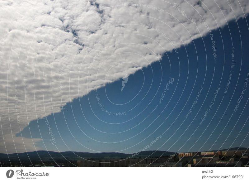 Heiter bis bewölkt Himmel weiß blau Haus Wolken Landschaft Luft Umwelt groß Hochhaus Horizont Klima Häusliches Leben Skyline diagonal Schönes Wetter