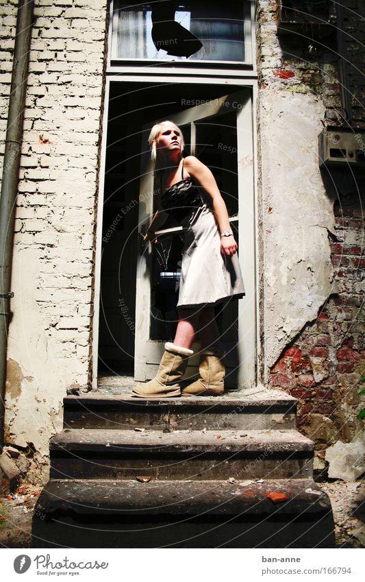 keine verschlossenen Türen Mensch alt Jugendliche Erwachsene feminin dunkel Wand Mode blond Angst dreckig Treppe kaputt stehen