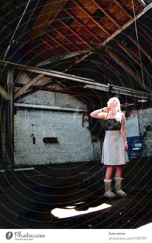 verlaufen? feminin Junge Frau Jugendliche 1 Mensch 18-30 Jahre Erwachsene Menschenleer Industrieanlage Fabrik Bauwerk Mauer Wand Kleid blond Stein Beton Holz