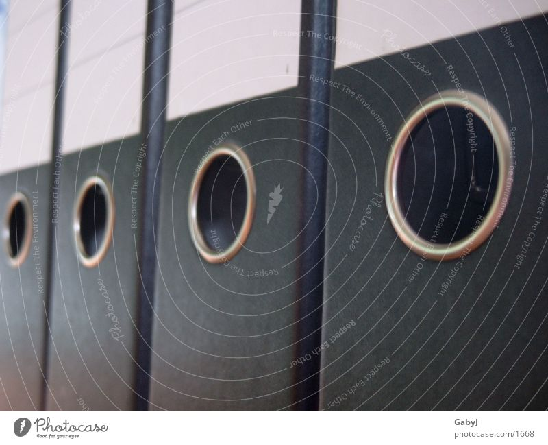 ordnung schwarz weiß Ordnungsliebe Loch Karton Verwaltung Dinge Aktenordner Perspektive penibel Anschnitt Bildausschnitt aufgereiht Reihe Reihenfolge