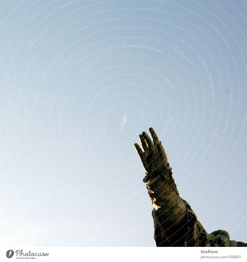 Hand Himmel blau Arme frei Denkmal historisch Schönes Wetter Marktplatz Wolkenloser Himmel