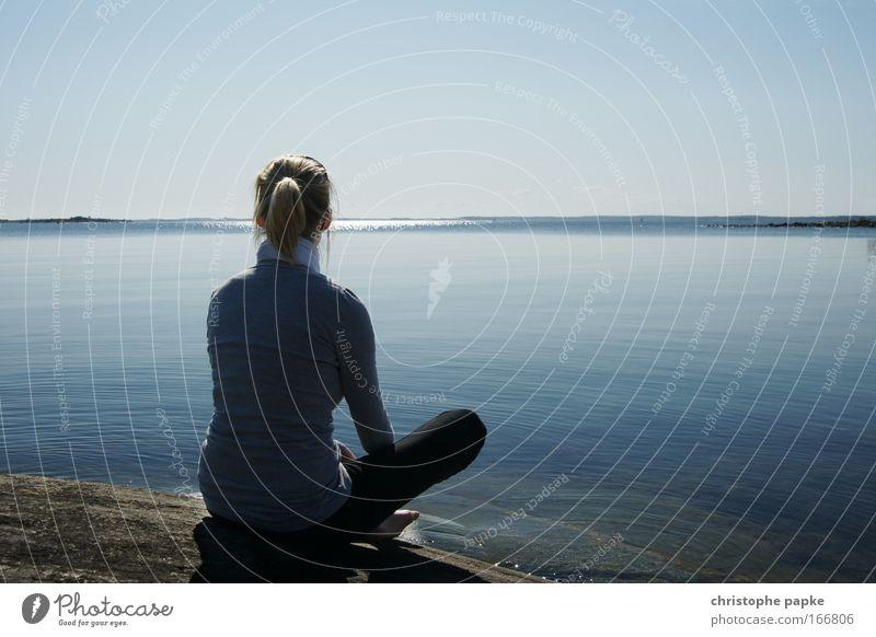 Relax Mensch Jugendliche Wasser Himmel Meer Ferien & Urlaub & Reisen Frau Ferne Erholung feminin Freiheit träumen Traurigkeit Zufriedenheit Stimmung Küste