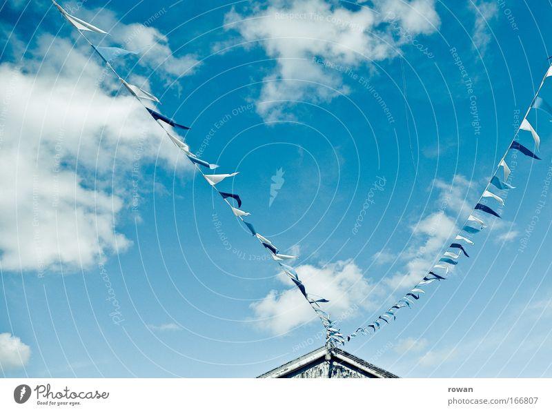 wimpelgeflatter Farbfoto Hintergrund neutral Tag Himmel Wolken Freizeit & Hobby flattern Wind Fahne Schnur Spitze Dach Sommer blau Blauer Himmel