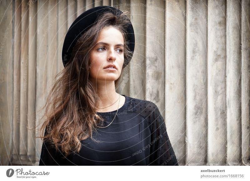 stilvolle junge Frau Lifestyle Stil Mensch Junge Frau Jugendliche Erwachsene 1 18-30 Jahre Mode Hut brünett langhaarig Coolness trendy schwarz Gefühle Stimmung