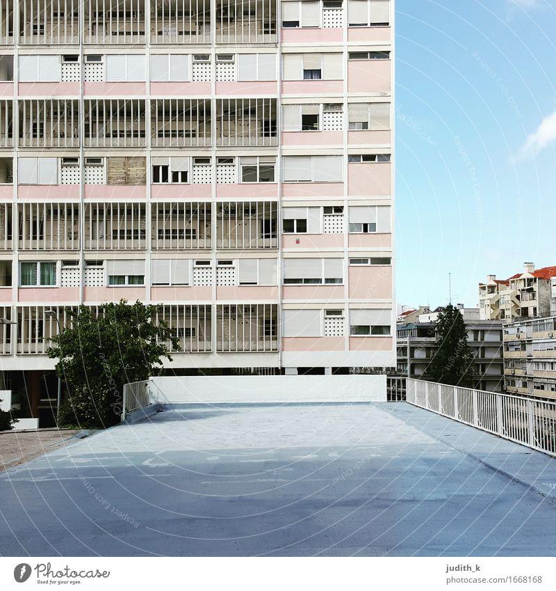 Haus Rosa Stadt Menschenleer Hochhaus Bauwerk Gebäude Architektur Wohnungssituation Wohnungsbau Wohnhochhaus Fassade retro grau rosa Ordnungsliebe Symmetrie
