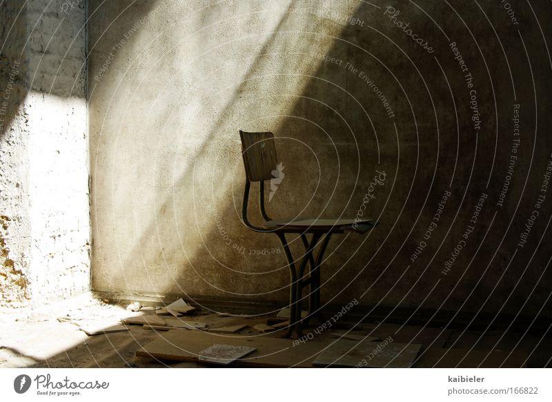 Ein Platz an der Sonne alt ruhig Einsamkeit Ferne dunkel Wand Mauer braun Wohnung leer ästhetisch retro Stuhl Häusliches Leben Vergänglichkeit Gelassenheit