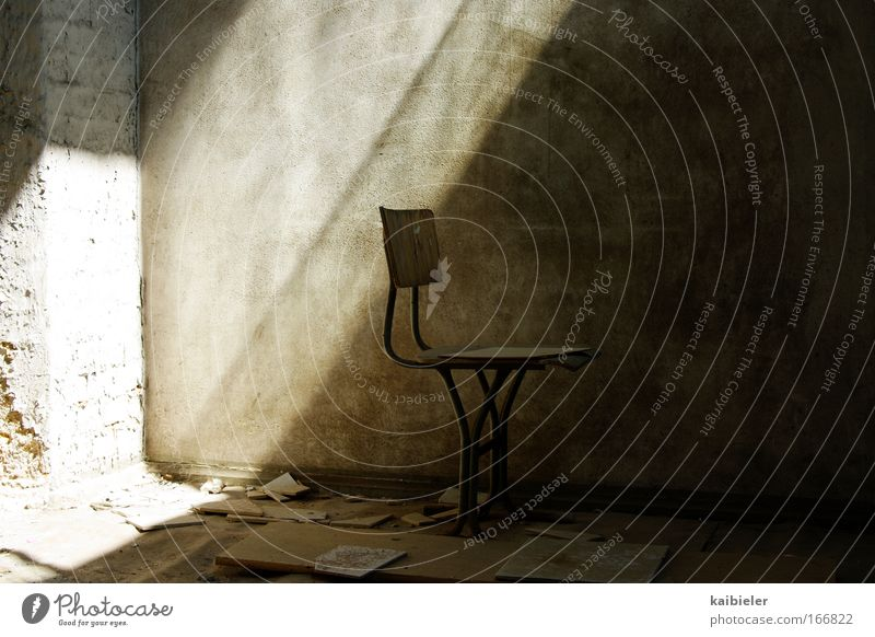 Ein Platz an der Sonne Farbfoto Gedeckte Farben Innenaufnahme Menschenleer Licht Schatten Sonnenlicht Häusliches Leben Wohnung Stuhl Mauer Wand alt dunkel retro