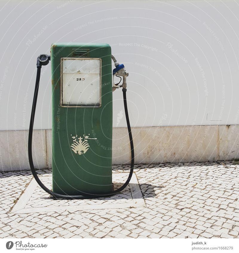 einsame Zapfsäule Menschenleer retro Sauberkeit grau grün weiß Dienstleistungsgewerbe tanken Tankstelle Benzin Diesel Superbenzin Wappentier Berghang Hanglage