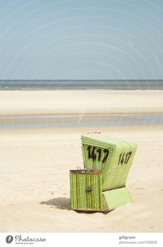 no. 1417 Farbfoto Gedeckte Farben Außenaufnahme Menschenleer Textfreiraum oben Tag Landschaft Schönes Wetter Küste Nordsee Langeoog Einsamkeit Strandkorb