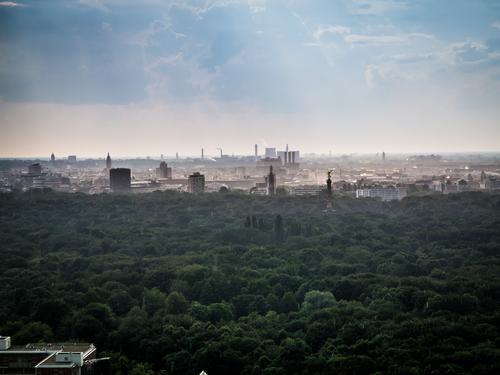 Berlin Panorama während eines Regenschauers Ferien & Urlaub & Reisen Sommer grün Erotik Haus Ferne Umwelt Gefühle Tourismus orange Park Ausflug Armut Abenteuer