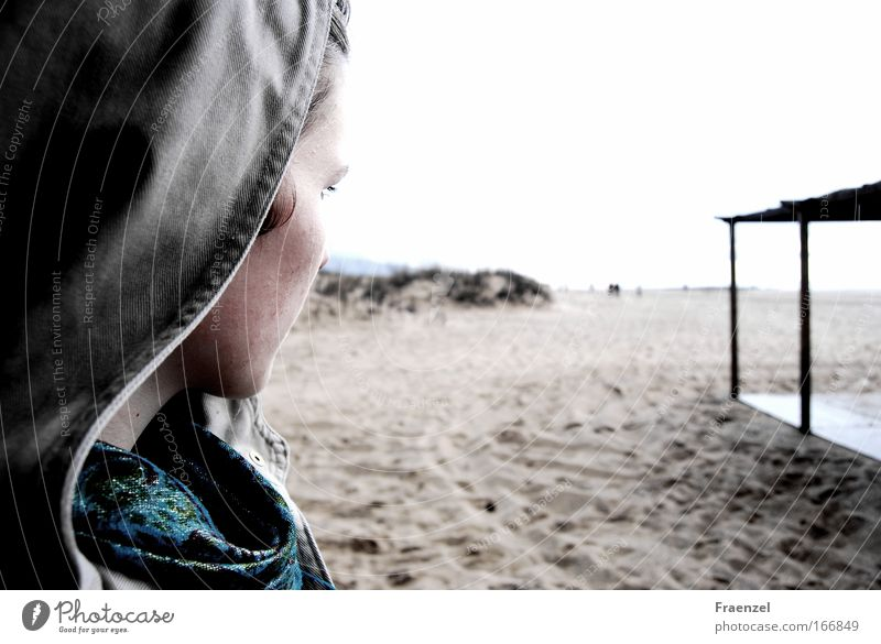 Blickverlorenheit Mensch Jugendliche Strand ruhig Gesicht Erwachsene Ferne Leben Kopf Sand Küste Luft träumen Stimmung Regen Nebel