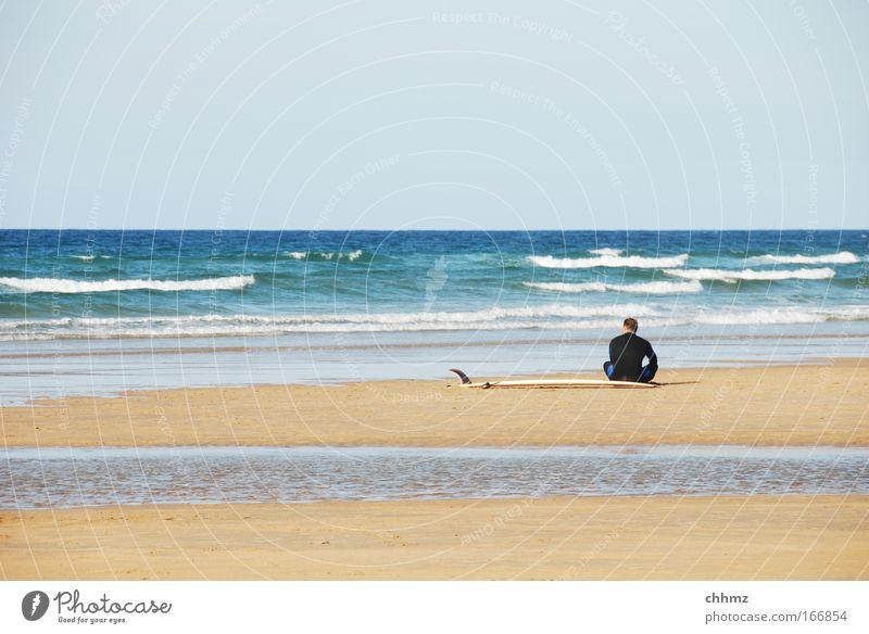 ebbe Mensch Wasser Meer Sommer Strand ruhig Erholung Sand Küste Wellen Zufriedenheit Rücken Freizeit & Hobby sitzen warten Schönes Wetter