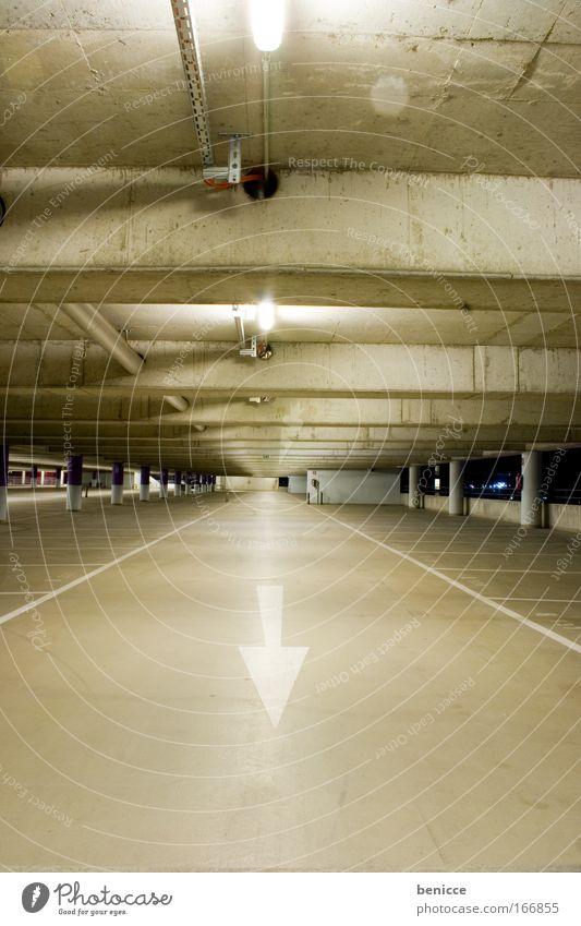 Einbahn Parkhaus Parkplatz leer Nacht Licht Beton Architektur Lampe Pfeil Einbahnstraße Bodenbelag Decke Nachtaufnahme bedrohlich Menschenleer frei Wege & Pfade