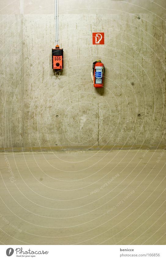 SOS Parkhaus Parkplatz leer Nacht Beton Lampe Pfeil Einbahnstraße Bodenbelag Decke Nachtaufnahme bedrohlich Menschenleer Feuerlöscher Alarm Wand rot Telefon