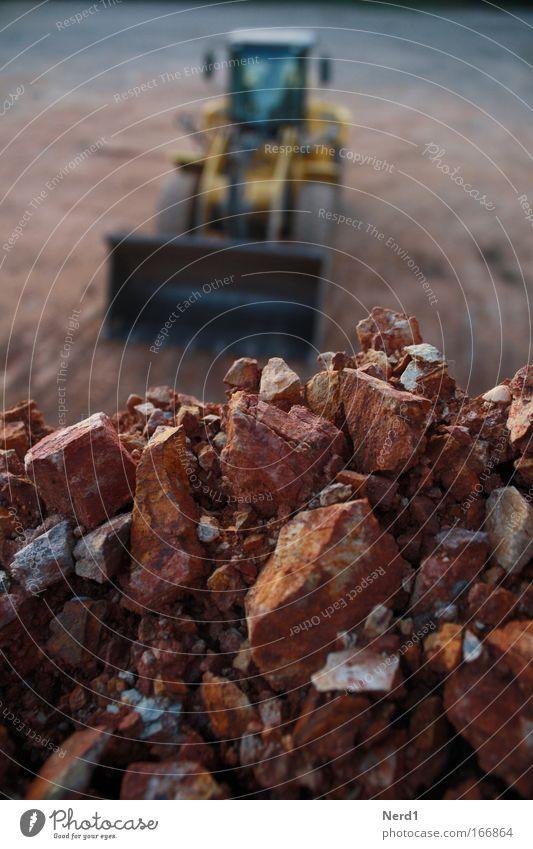 Schutt rot schwarz Stein braun Baustelle Maschine Fahrzeug Rest Haufen Bauschutt Baumaschine Hochbau Bruchstein Schutthaufen Radlader