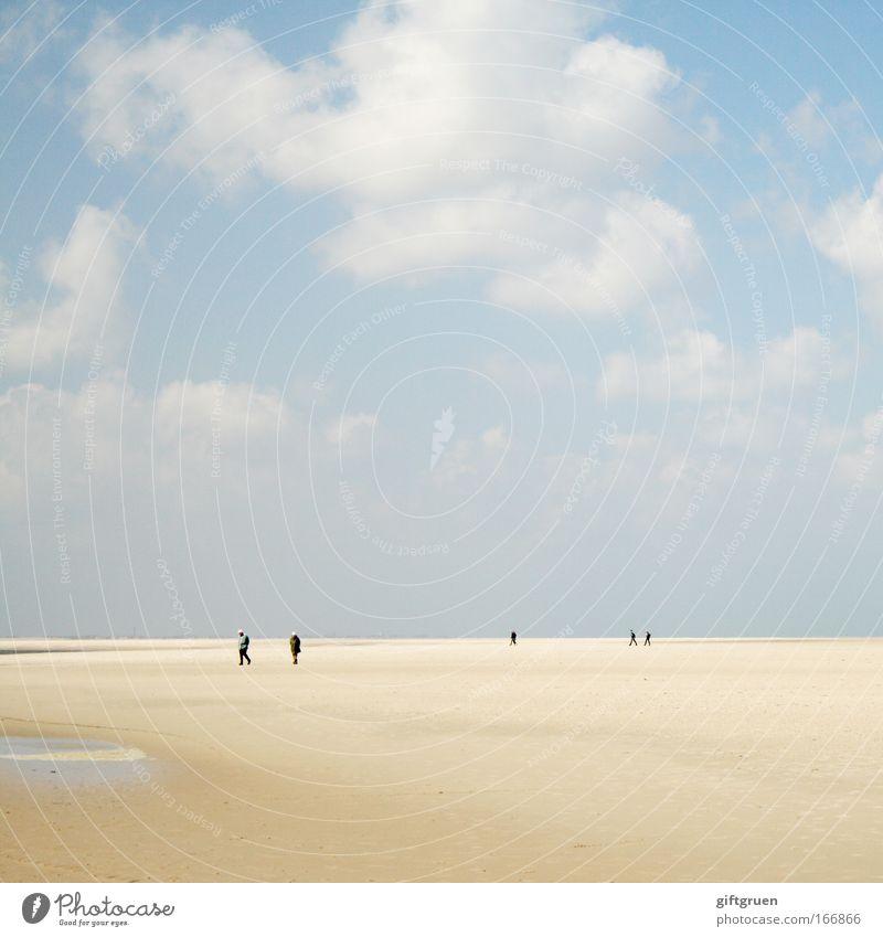 walking on the moon Mensch Himmel Natur blau Ferien & Urlaub & Reisen Sommer Strand Wolken Umwelt Landschaft Sand Küste Horizont Freizeit & Hobby Klima Spaziergang